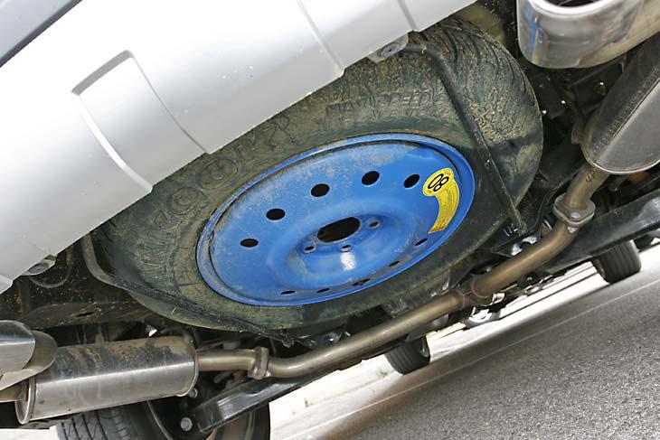 La rueda de repuesto, colgada por debajo.