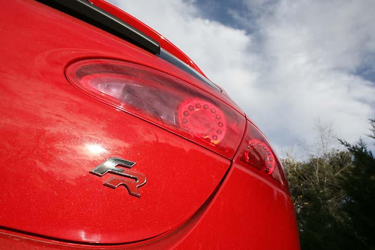 El logo Fórmula Racing (FR) adorna la trasera de este León.