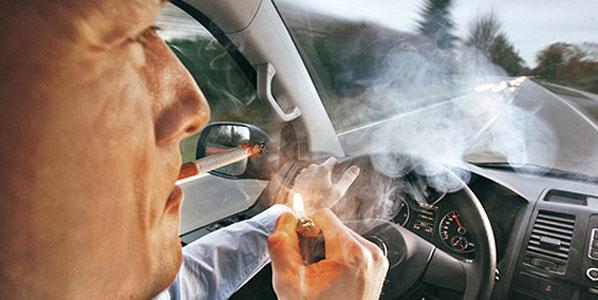 Fumar al volante, 'peligroso' para los españoles