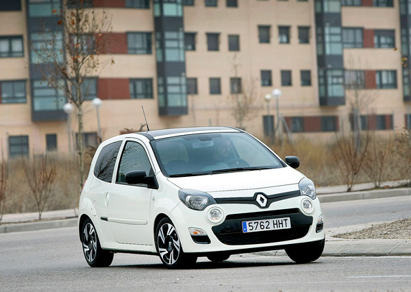 Renault Twingo 1.2 75 CVEmotion vs Volkswagen White Up! 75