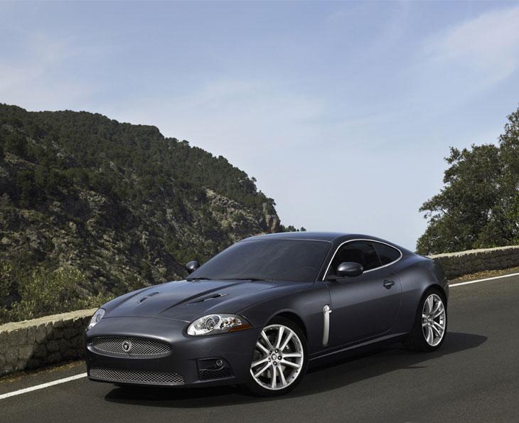 El Jaguar XKR posee un motor sobrealimentadode V8 de 4,2 litros y 420 CV.