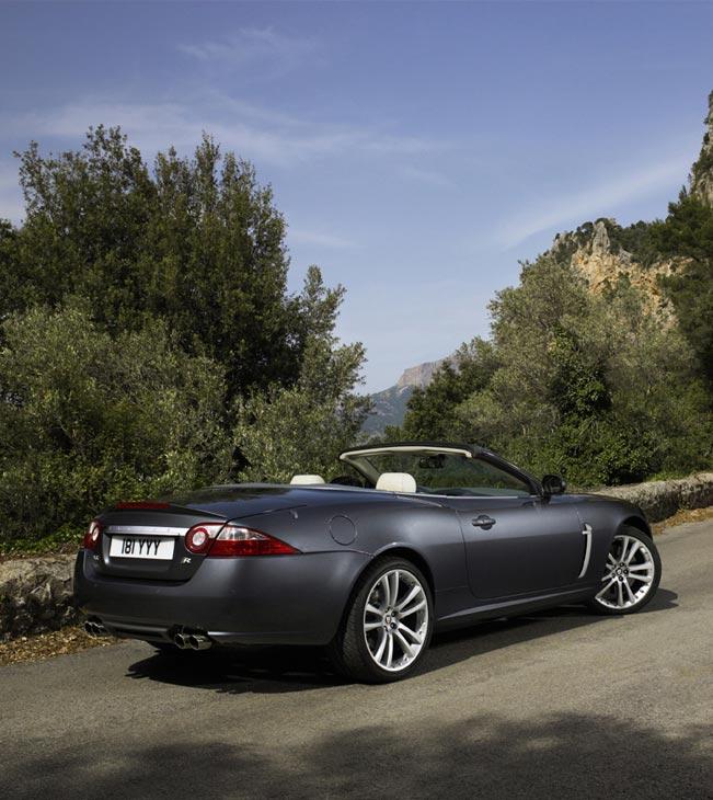 El Jaguar XKR posee 4 salidas de escape y un exclusivo paragolpes inferior trasero.