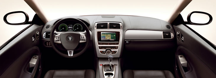 El Jaguar XKR posee detalles de acabado en aluminio en el interior.