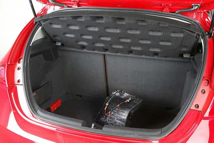 El maletero es muy generoso. Según nuestras mediciones, tiene 385 litros, sólo le supera el Golf.