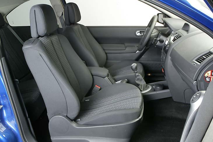 Los asientos delanteros sujetan a la perfección y su mullido es firme y agradable.