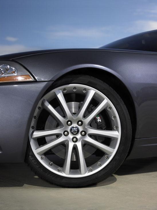 El Jaguar XKR posee llantas de aleación de 19 pulgadas de serie.