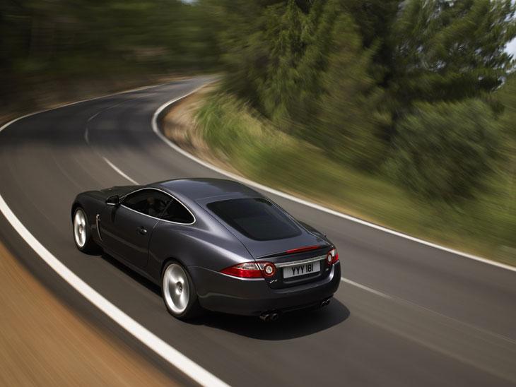 El Jaguar XKR presenta una conducción suave y dinámica.