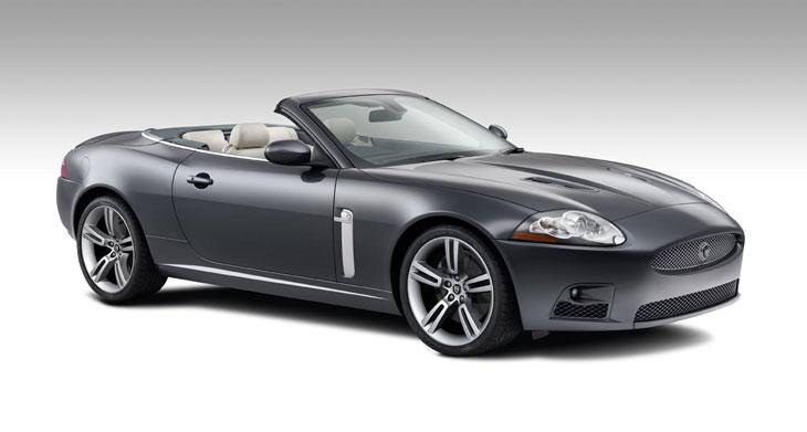 El Jaguar XKR posee branquias laterales acabadas en aluminio.