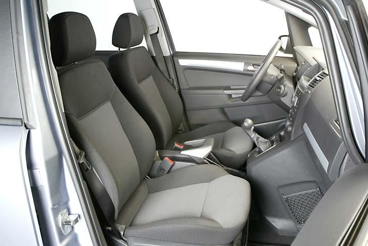 Puesto de conducción cómodo, con la palanca de cambios a mano.