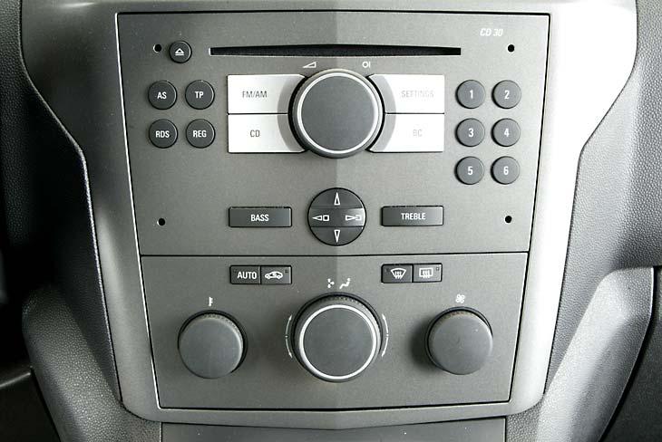 Diseño de la consola central muy sencillo, típico de Opel.