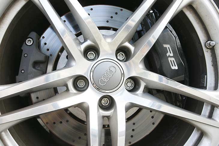 Sofisticados discos de acero (carbono en opción) y pinzas de 8 pistones.