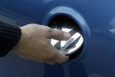El emblema sirve como mecanismo de apertura.