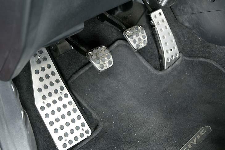 Honda Civic: pedalier y reposapié deportivo.