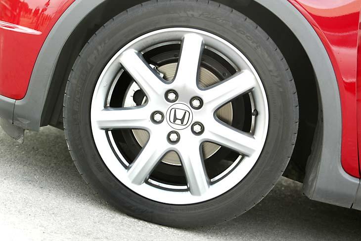 Honda Civic: llantas de 17 pulgadas con neumáticos 225/45 ZR.