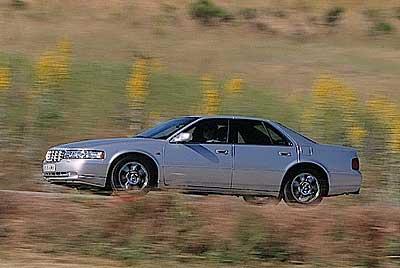 El Cadillac muestra su potencia en las autopistas.