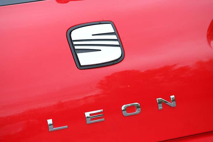 Citroën C4 1.6 16V THP y Seat León 1.8 TSi detalles interior