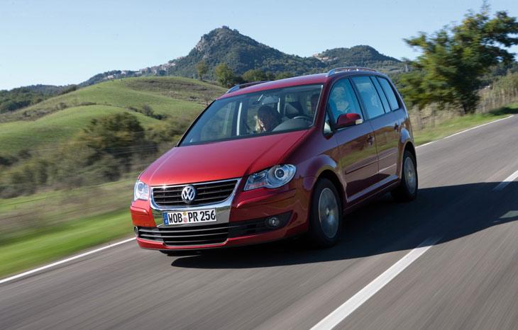 Volkswagen actualiza el Touran con la incorporación de los acabados Advance y Sport.