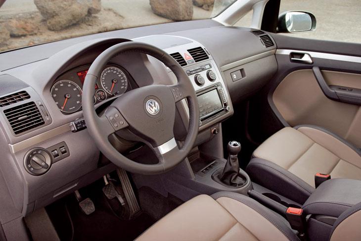 Interior amplio y bien acabado en el Volkswagen Touran.