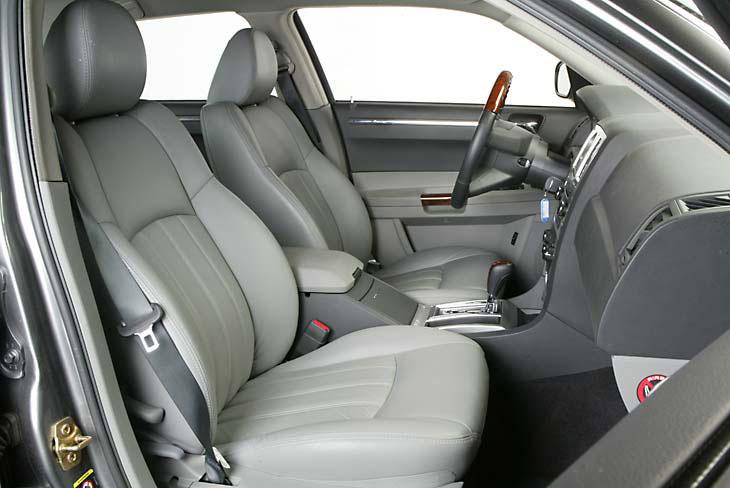 Puesto de conducción: asiento y volante se adaptan automáticamente al conductor.