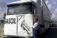 Los camioneros franceses impiden la distribución de combustible y provocan el pánico entre los automovilistas