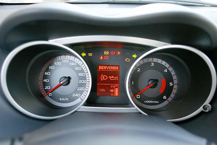 Peugeot 4007 y Mitsubishi Outlander: interiores