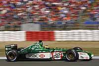 Michael Schumacher se pasea gracias a los comisarios