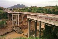 La tromba de agua en Cataluña arrastra un puente en la N-II